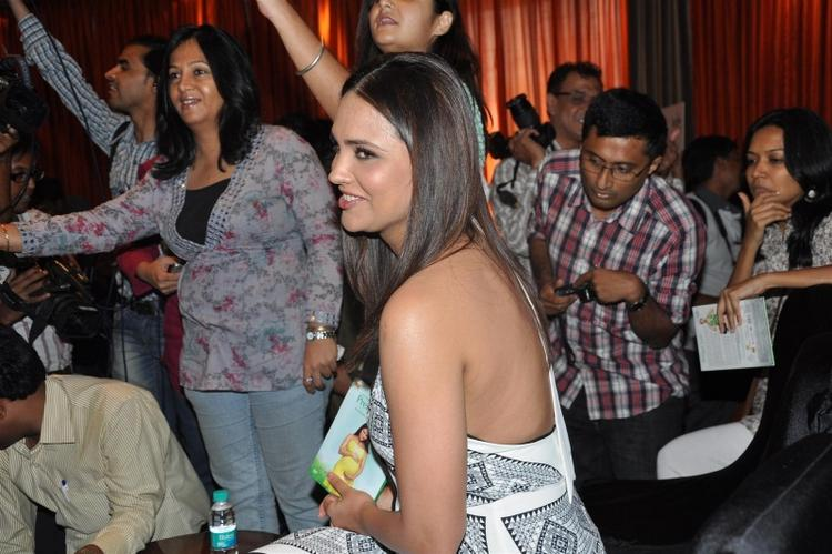 Lara Dutta Sexy Bare Back Show Hot Pics