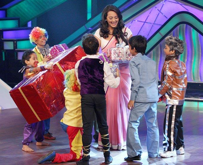 Sonakshi Sinha With KIds On The Sets Of DID Little Master