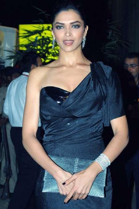 Deepika Padukone Hot Look at 55th Idea Filmfare Awards
