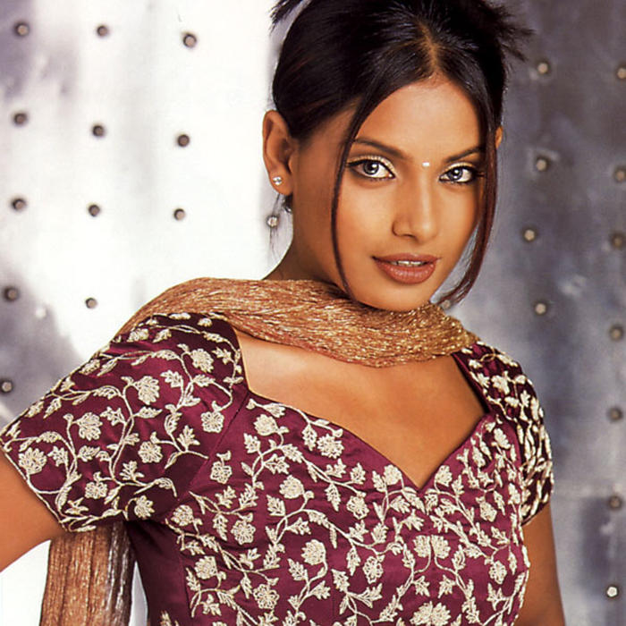 Bipasha Basu Sex Romantic Face Look Wallpaper