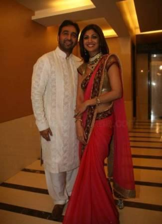Shilpa Shetty And Raj Kundra Smiling Pics