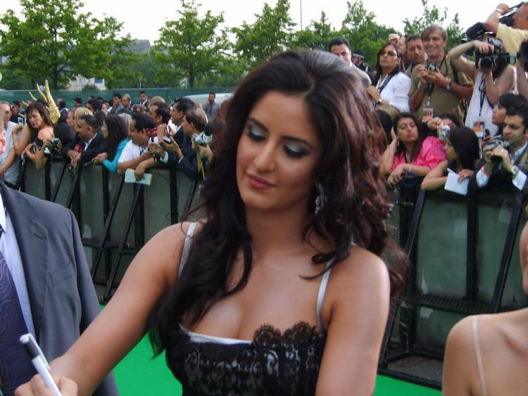 Katrina Kaif Sweet Sizzling Pic On Green Carpet
