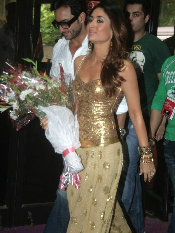 Kareena Kapoor Shiny Dress Pic With Bouquet