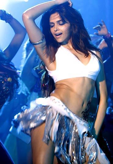 Deepika Padukone Sexy Dancing Pic In Dum Maro Dum