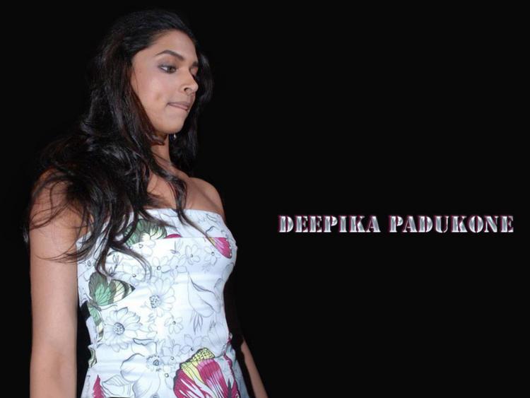 Deepika Padukone Strapless Dress Close Up Pic Wallpaper