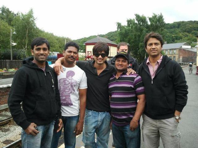Shahid Kapoor And Others Cool Photos On The Sets