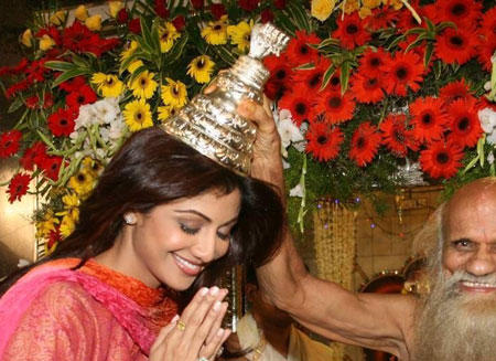Shilpa Shetty Being Blessed By Suvarna Baba In Powai