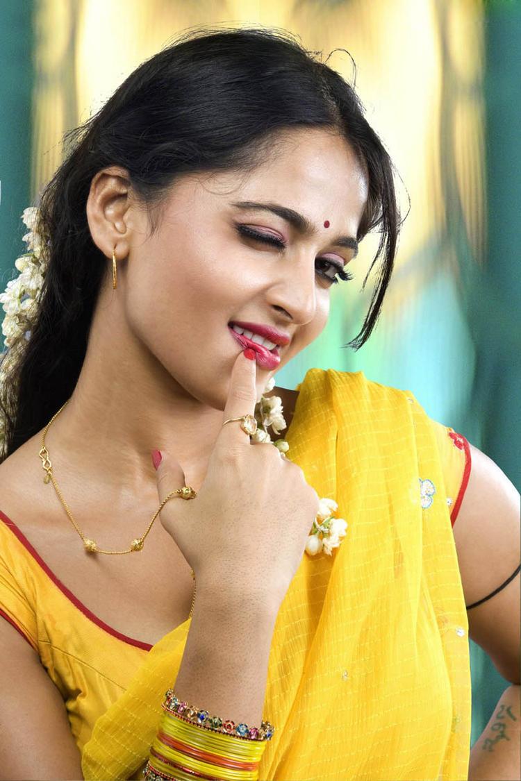 Anushka Shetty Latest Cute Sexy Still In Vedham