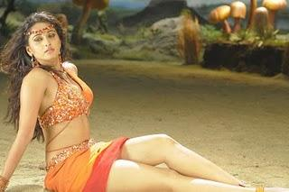 Anushka Showing Her Sexy Things In Puli Veta Movie