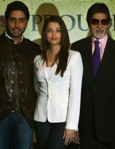 Amitabh Poses With Aish and Abhi