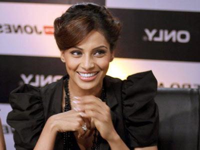 Bipasha Basu Latest Hair Style Sweet Smile Pic