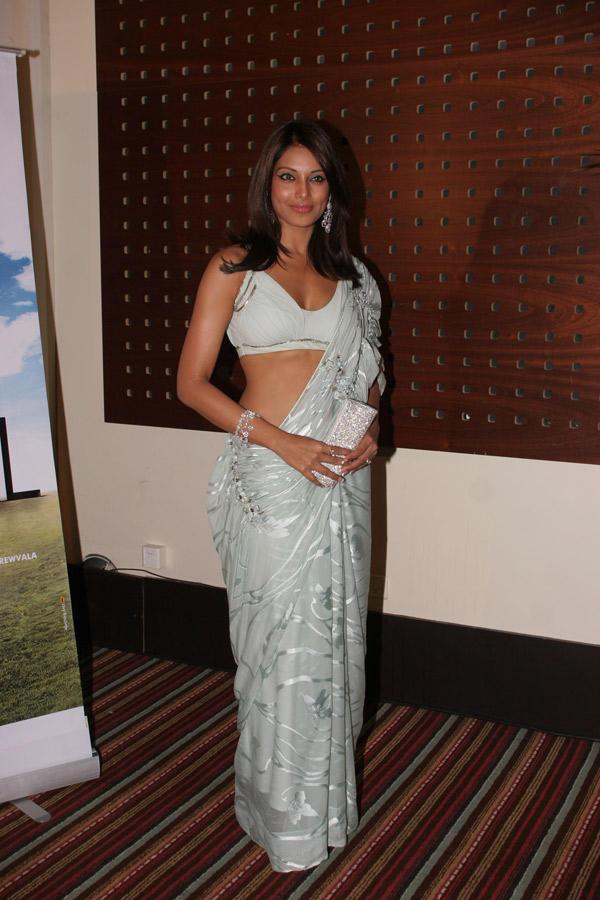 Bipasha Basu Sexy Saree Glamour Pic