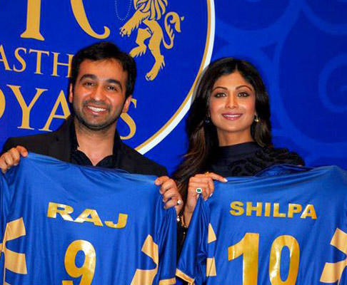 Shilpa Shetty And Raj Kundra Showing Rajasthan Royal Jersey