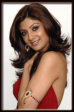 Shilpa Shetty Smiling And Milky Arms Expose Photo