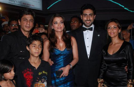 Abhi and Aish Poses With SRK Family