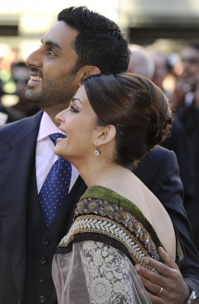 Aishwaryra Rai and Abhishek Bachchan Walks on Red Carpet For Raavan
