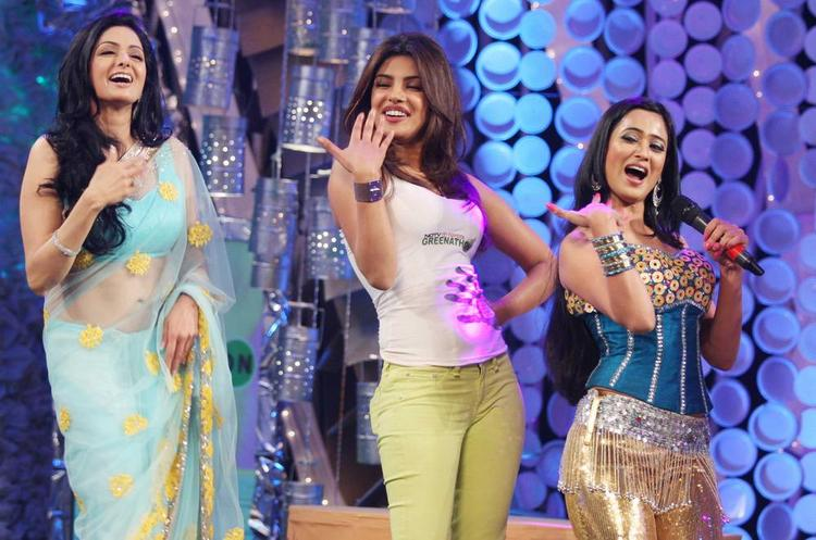 Priyanka,Sridevi and Shweta Hawa Hawai Dance Still