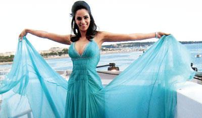 Mallika Sherawat Amazing Gown Pic