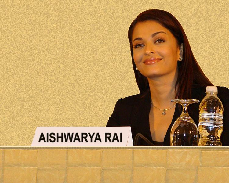 Aishwarya Rai Sweet Smile Look Wallpaper