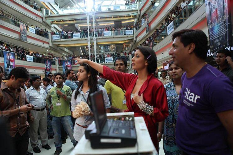 Kareena And Madhur At A Shopping Mall At The Time Of Shooting