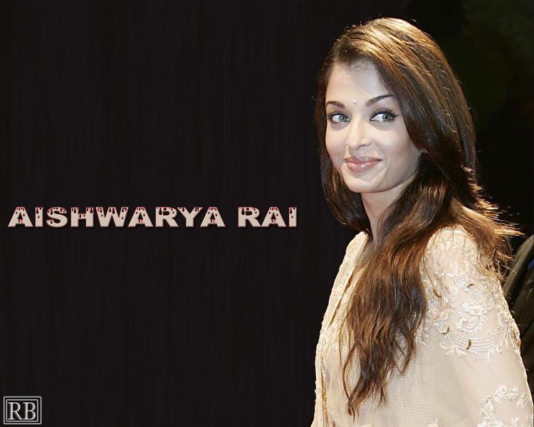 Aishwarya Rai Sweet Smiling Look Wallpaper