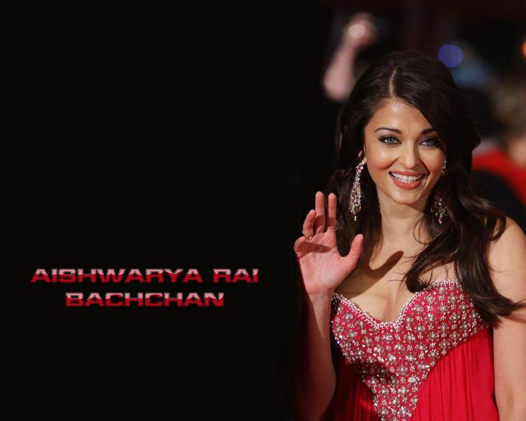 Aishwarya Rai Sweet Smiling Pose Wallpaper