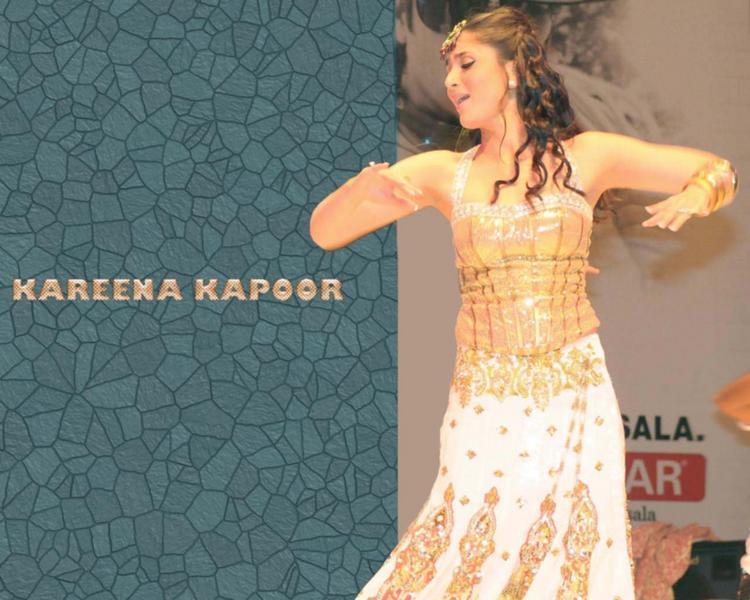 Kareena Kapoor Dancing Pose Wallpaper