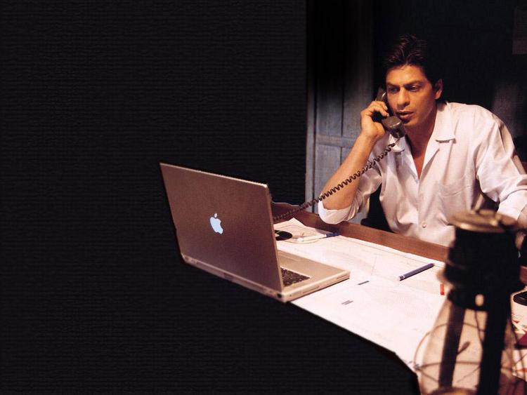 Shahrukh Khan Busy In Phone Pic