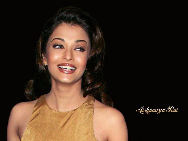 Aishwarya Rai Cute Smiling Look Wallpaper