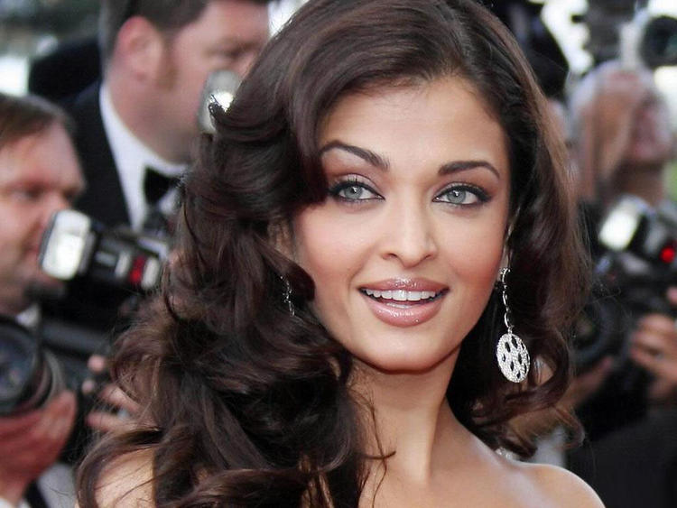 Aishwarya Rai Sexy Blue Eyes Look Pic