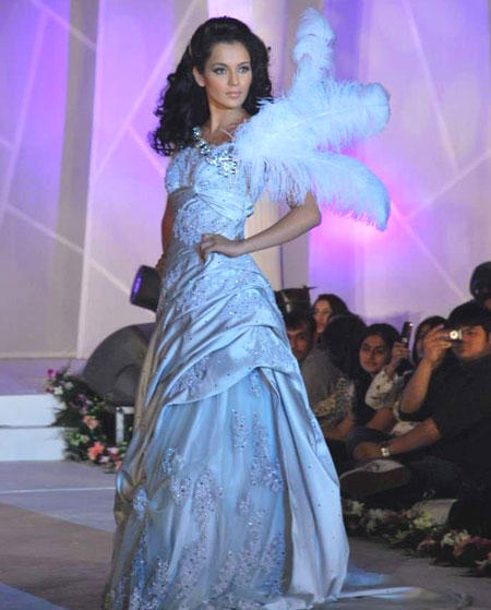 Kangana Ranaut Hot Look In Amazing Gown on Ramp