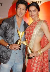 Shahid Kapoor With Deepika Padukone In Apsara Awards 2009