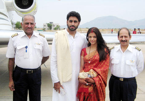 Abhishek and Aishwarya Pose with The Pilots