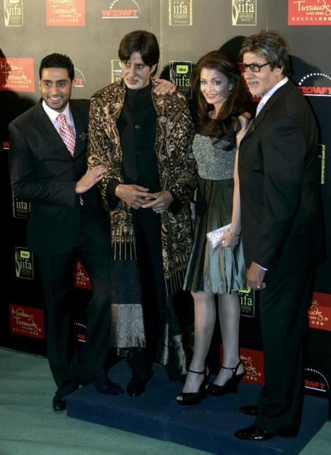 Abhishek,Aishwarya Rai Pose with Amitabh Bachchan and His Replica