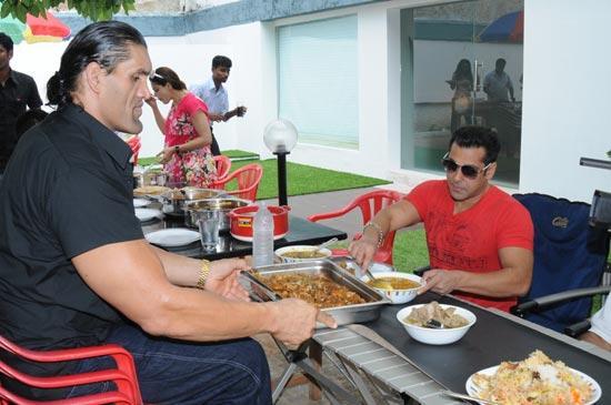 Salman Khan With The Great Khali Eating Pic
