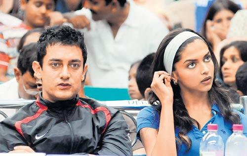 Aamir Khan and Deepika Cute Stunning Face Still