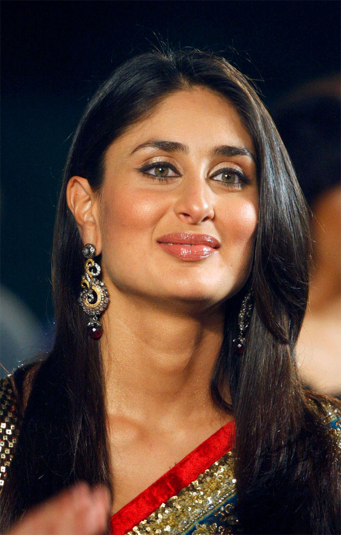 Kareena Kapoor Sweet Smile Pic In Saree