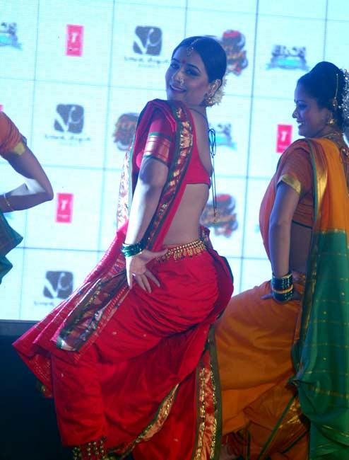 Vidya Does Lavani Dance At The Stage