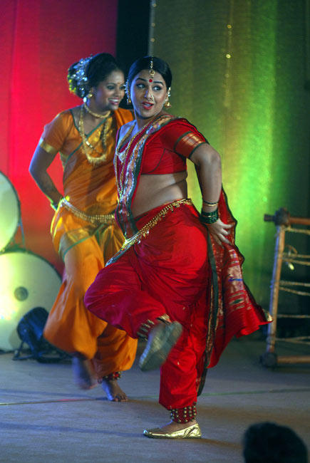 Vidya Perform The Lavani Dance In Sexy Pose