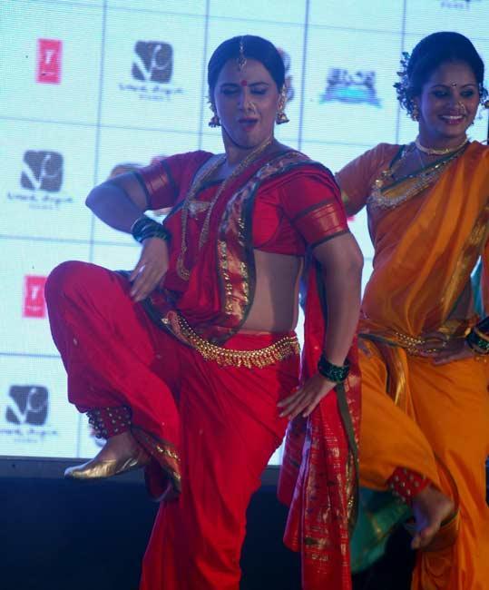 Vidya In Red Saree Sexy Dancing Pose
