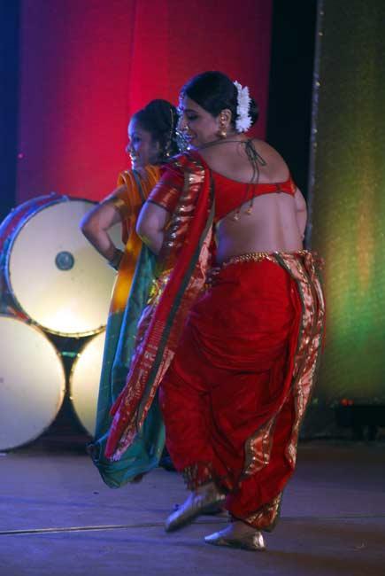 Vidya Sexy Bare Show With Dancing Stills