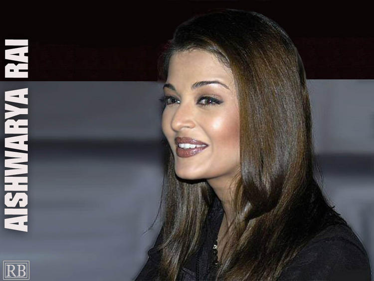 Aishwarya Rai Cute Smiling Look Wallpaper