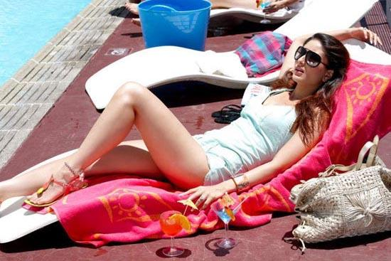 Kareena Kapoor In Swimsuit Milky Legs Exposing Still