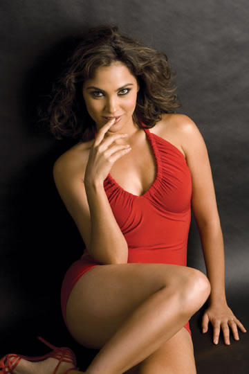 Lara Dutta Exposing Her Thunder Yummy Thighs