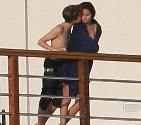 Justin Bieber and Selena Gomez Kissing Picture
