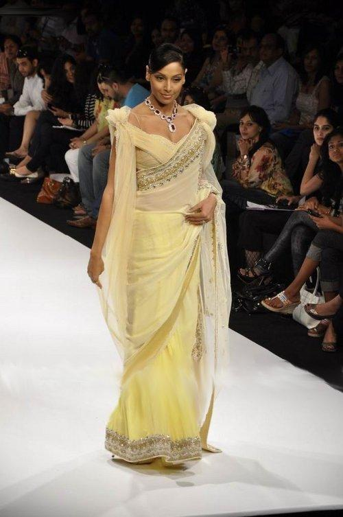 Bipasha Basu Walk The Ramp On The Ramp