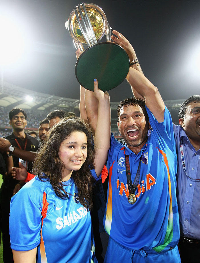 Sachin And His Daughter Sara Celebrates With Trophy Winning World Cup Final India Vs Srilanka