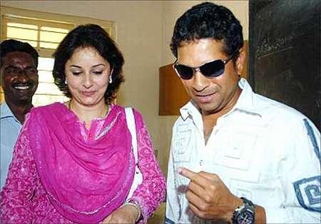 Sachin And His Wife Anjali Nice Photo