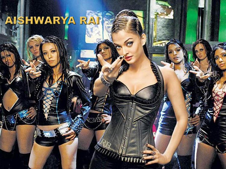 Aishwarya Rai Crazy Kiya Re Pose Wallpaper