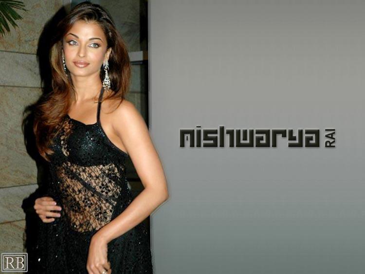 Glam Babe Aishwarya Rai In Net Saree Wallpaper